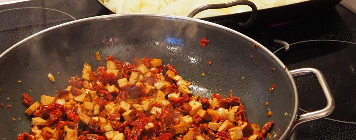 Vegisto's veganer Flammkuchen mit getrockneten Tomaten und Räuchertofu
