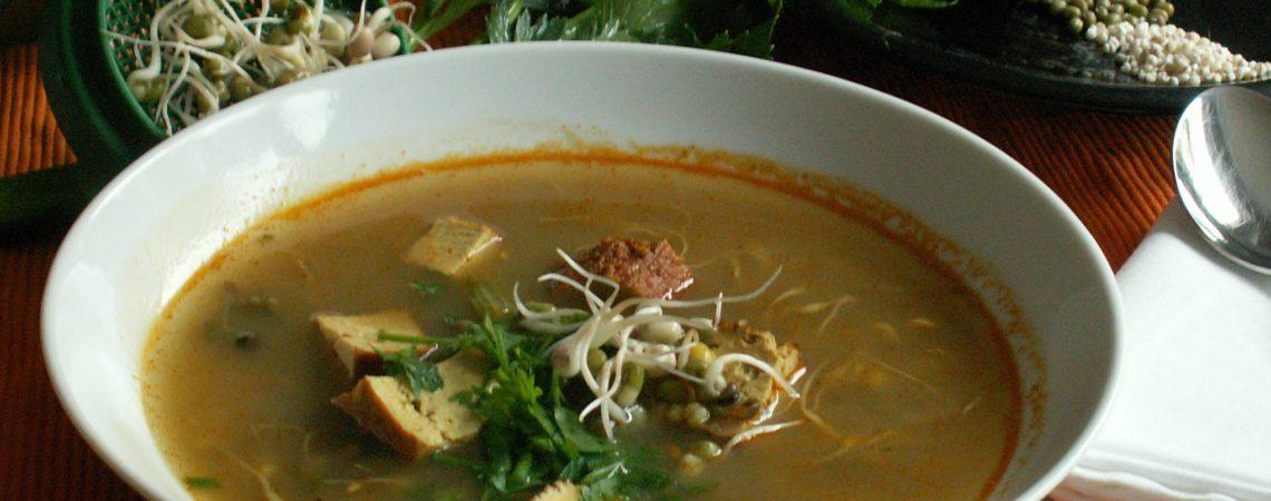 Vegane Graupensuppe mit Mungobohnen, Mungobohnensprossen und Räuchertofu. Der Curry gibt dem Rezept den Kick.