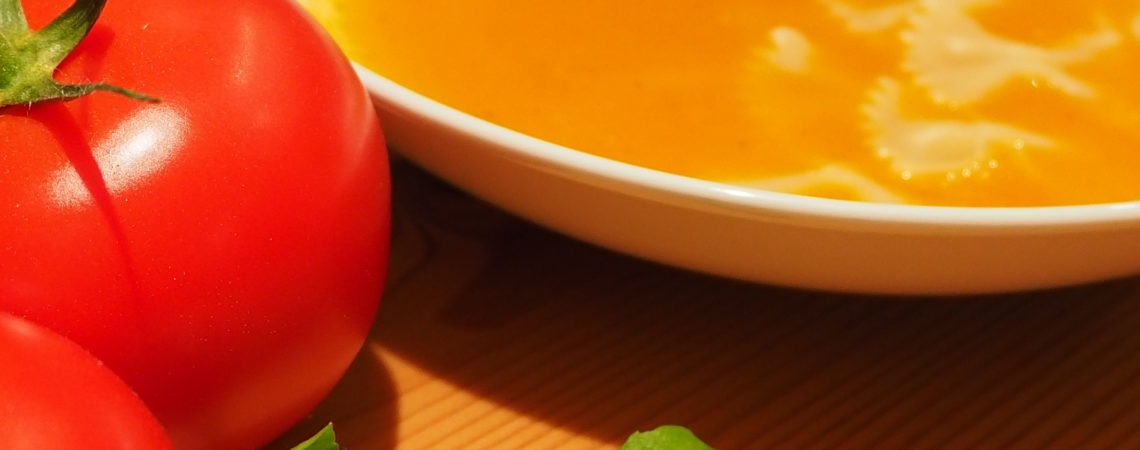 Vegisto's vegane Tomatensuppe mit Nudeln und Basilikum