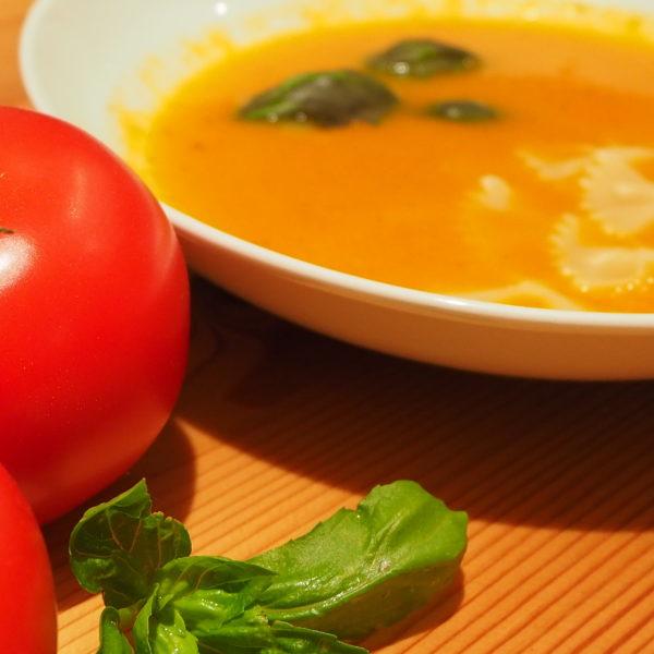 Tomatensuppe mit Nudeln und Basilikum